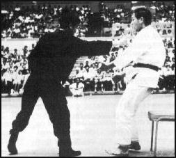 Bruce Lee demonstrating the one inch punch in Long Beach